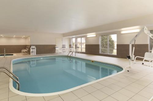 The swimming pool at or near Country Inn & Suites By Carlson - Rochester