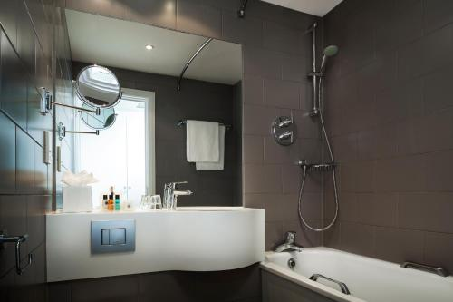 A bathroom at Holiday Inn London - Regent's Park, an IHG Hotel
