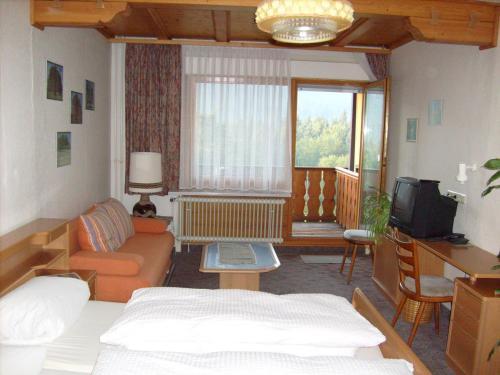 Ein Sitzbereich in der Unterkunft Schwarzwald-Gasthof Hirsch