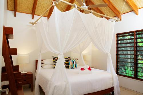 A bed or beds in a room at Vale Vale Beachfront Villas