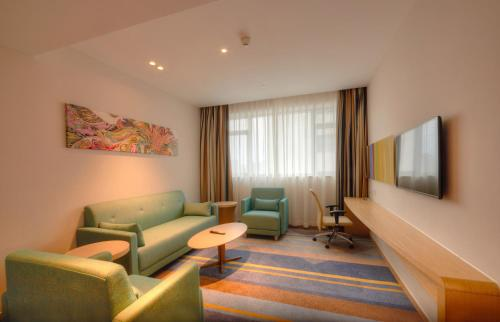 A seating area at Holiday Inn Express Shanghai Zhenping, an IHG Hotel