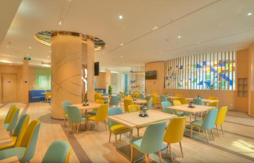 A restaurant or other place to eat at Holiday Inn Express Shanghai Zhenping, an IHG Hotel