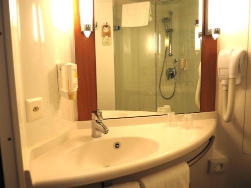 A bathroom at ibis Genève Petit Lancy