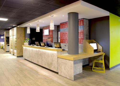 El vestíbulo o zona de recepción de ibis budget Manchester Salford Quays
