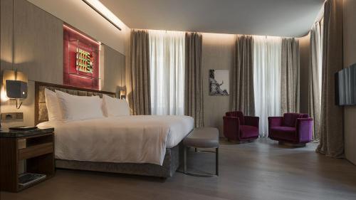 سرير أو أسرّة في غرفة في فندي برايفت سويتس