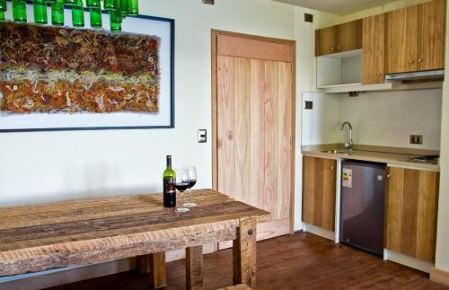 Hotel Cabaña Del Lago Puerto Varasにあるキッチンまたは簡易キッチン