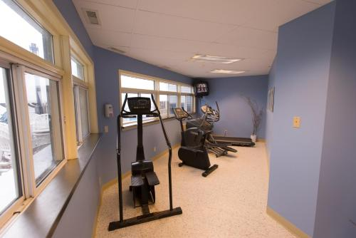 The fitness centre and/or fitness facilities at Lakeview Gimli Resort