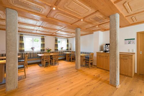 Ein Restaurant oder anderes Speiselokal in der Unterkunft Gästehaus Neubauer