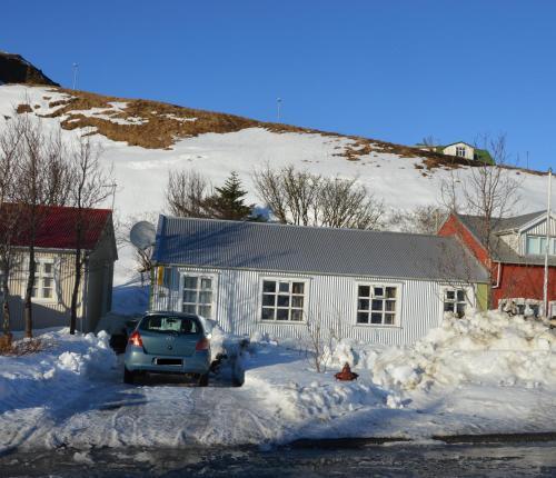 Puffin Apartment Víkurbraut during the winter