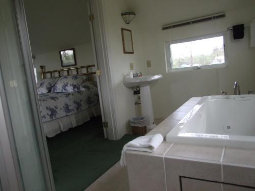 A bathroom at Glenacres Historic Inn