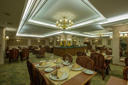 A restaurant or other place to eat at Hotel Yigitalp Istanbul