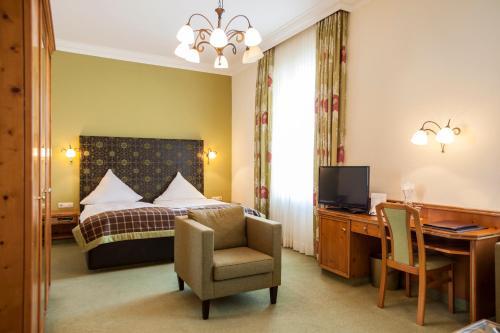Кровать или кровати в номере Parkhotel Traunstein