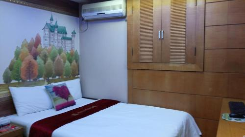 A bed or beds in a room at Latera Motel