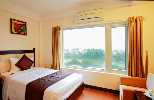 Giường trong phòng chung tại Serene Shining Hotel & Spa