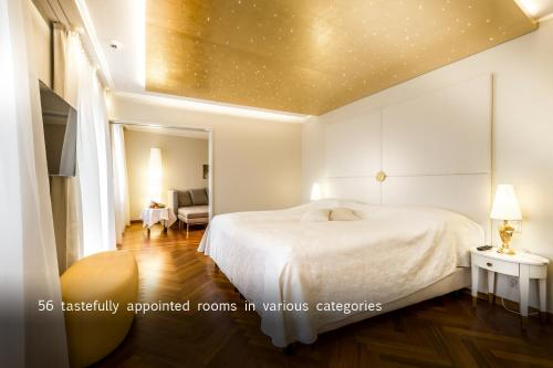A bed or beds in a room at Hotel des Balances