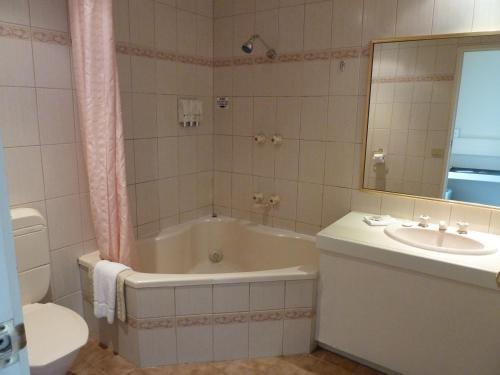 A bathroom at Frankston International