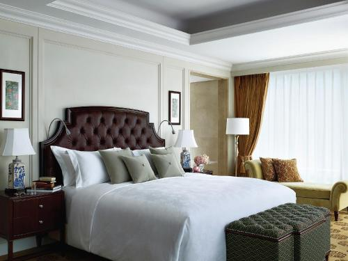 A bed or beds in a room at The Langham, Shenzhen