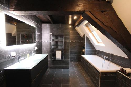 A bathroom at Boutique Hotel Steenhof Suites