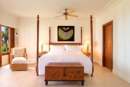 Een bed of bedden in een kamer bij Hilton Mauritius Resort & Spa
