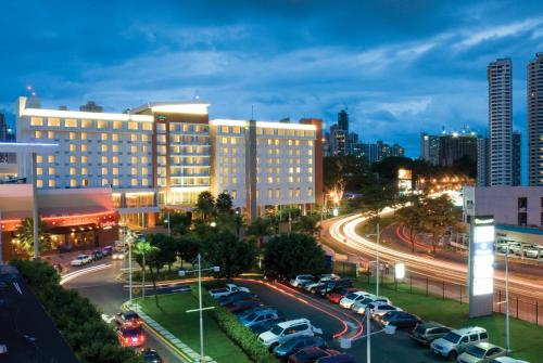 A view of the pool at Courtyard by Marriott Panama Multiplaza Mall or nearby