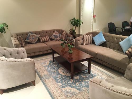 Uma área de estar em Myan Furnished Apartments