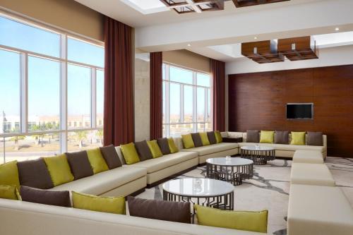 Uma área de estar em Millennium Hail Hotel