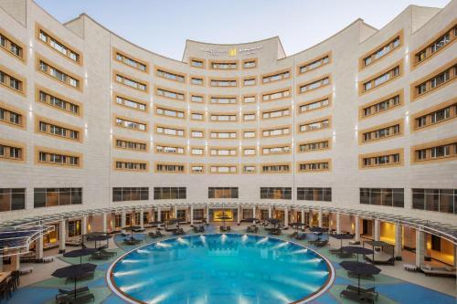 A piscina localizada em Millennium Hail Hotel ou nos arredores
