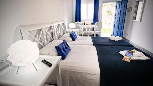 A bed or beds in a room at Corralejo Lodge
