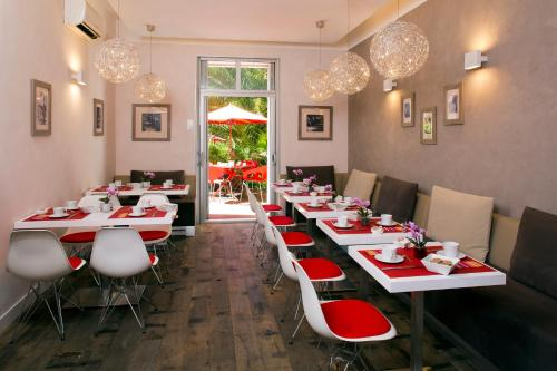 A restaurant or other place to eat at Hotel des Arceaux