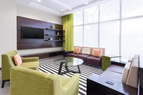 A seating area at Courtyard by Marriott Kingston, Jamaica