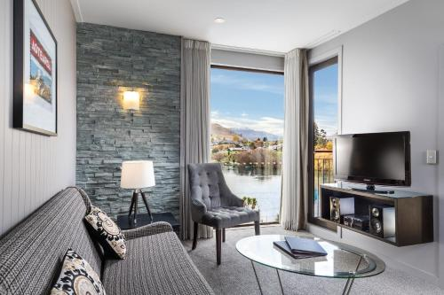 A seating area at DoubleTree by Hilton Queenstown