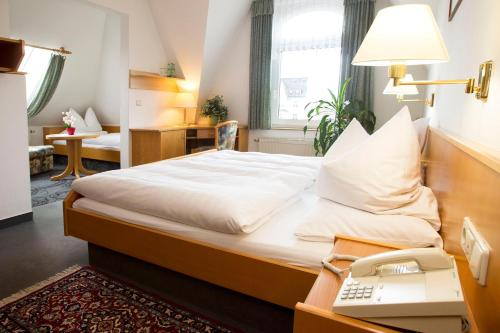A bed or beds in a room at Hotel Heinz