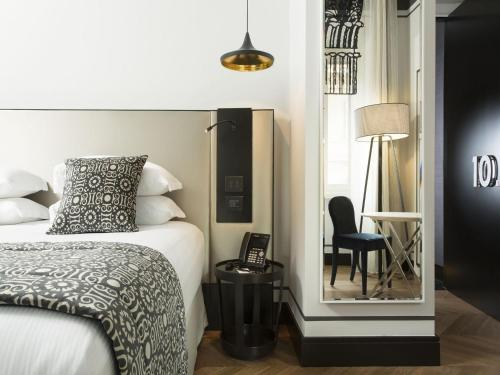A bed or beds in a room at Corso 281 Luxury Suites