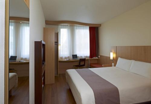 Posteľ alebo postele v izbe v ubytovaní Ibis Kraków Stare Miasto