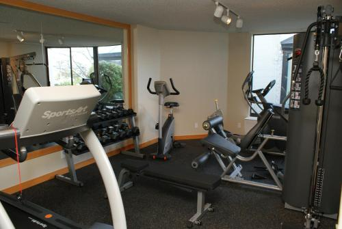 The fitness center and/or fitness facilities at Inn at Laurel Point