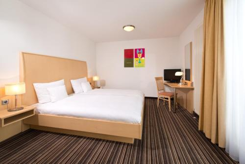 A bed or beds in a room at HSH Hotel Apartments Mitte