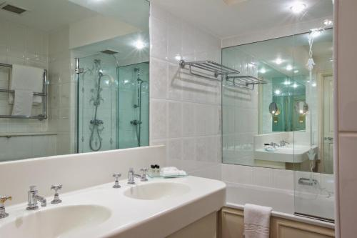 A bathroom at Derby Mickleover Hotel, BW Signature Collection