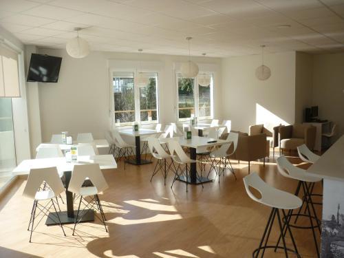 Un restaurante o sitio para comer en Pensión-Albergue Puente Ribeira