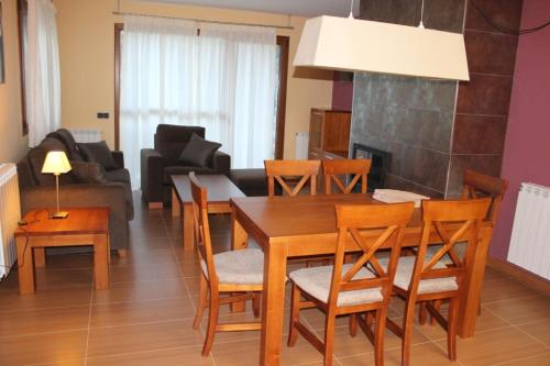 A restaurant or other place to eat at Apartamentos Costarasa