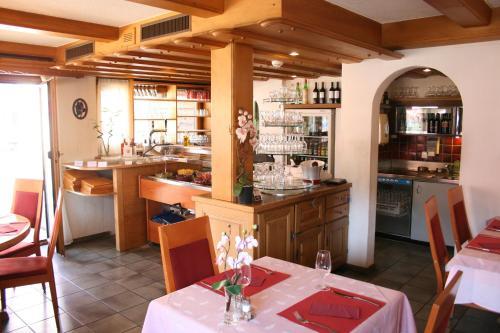 Ein Restaurant oder anderes Speiselokal in der Unterkunft Cresta Hotel