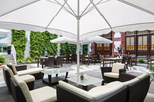 A restaurant or other place to eat at Hilton Mainz City