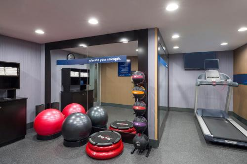 The fitness centre and/or fitness facilities at Hampton Inn Seaport Financial District