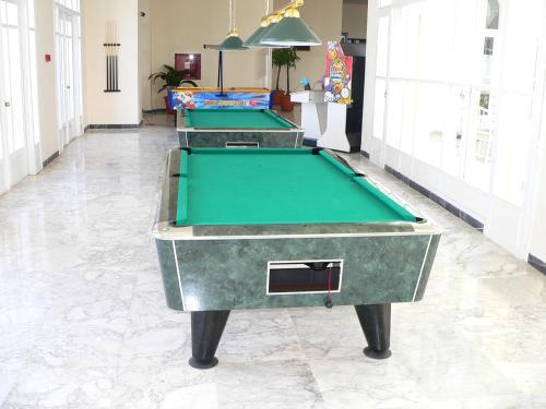 Een biljarttafel in Hotel Liberty Resort