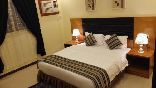 Cama ou camas em um quarto em Rahat Alokhdood Apartments