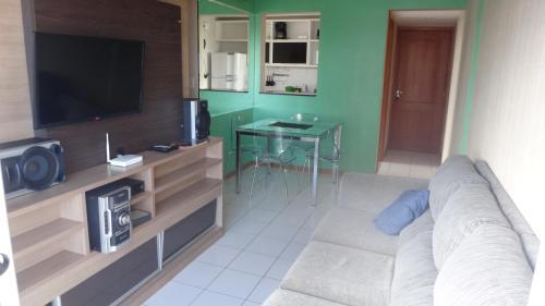 Una televisión o centro de entretenimiento en Ajuricaba Suites 6