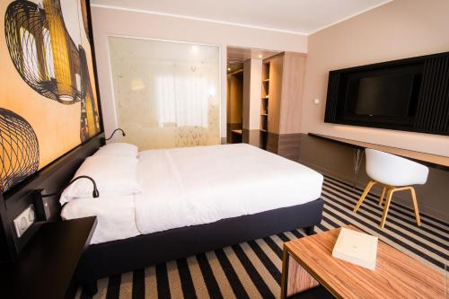 A bed or beds in a room at Simon Hotel