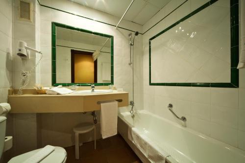 A bathroom at Intur Azor