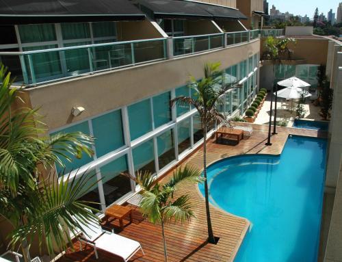 Uma vista da piscina em Vitória Hotel Concept Campinas ou nos arredores