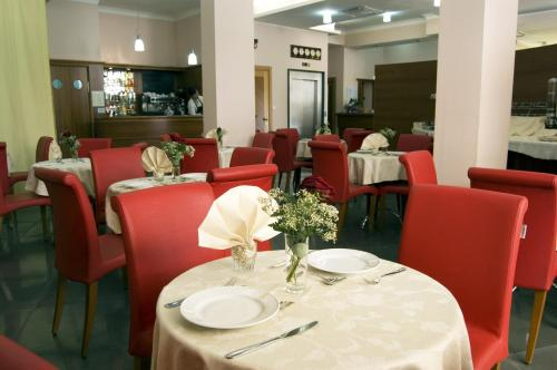 A restaurant or other place to eat at Hotel San Michele