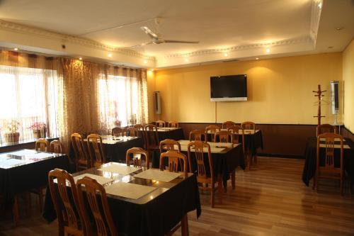 Un restaurante o sitio para comer en Voyage Hotel